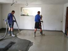 Lití cementové podlahy cemflow